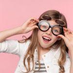 Haruskah Khawatir Saat Anak Iseng Pakai Kacamata Minus Orang Tua?