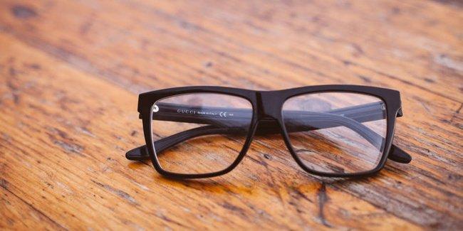 Anak Iseng Pakai Kacamata Minus Orangtua, Haruskah Khawatir?